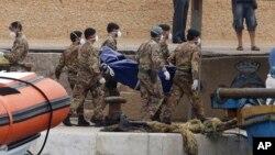Militer Italia mengangkut jenazah para migran Afrika yang tenggelam di dekat Pulau Lampedusa (6/10).