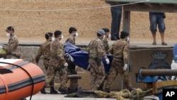 Italijanski vojnici prenose posmrtne ostatke žrtava pomorskog udesa kod Lampeduze, 6. oktobar 2013.