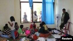 Những người ti nạn trên chiếc thuyền bị lật tại một nơi trú ẩn tạm thời gần bãi biển Jayanti, Tây Java, Indonesia, ngày 24/7/2013.