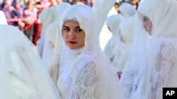 یک زن اهل چچن در حاشیه یک جشن عروسی گروهی در شهر گروزنی، روسیه.