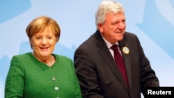 Predsednik vlade pokrajine Hesen, Folker Bufije i nemačka kancelarka Angela Merkel prisustvuju poslednjem predizbornom mitingu pred pokrajinske izbore u Fuldi, Nemačka, 25. oktobra 2018.