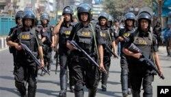 1일, 방글라데시 다카에서 이슬람 시위가 폭력사태로 번진 가운데, 무카람 모스크 주변에 배치된 경찰.
