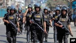 Pasukan keamanan Bangladesh berpatroli di depan masjid Baitul Mukarram di Dhaka paska kerusuhan di wilayah itu, 1 Maret 2013 (Foto: dok). Human Right Watch mengimbau agar Bangladesh mengizinkan penyelidik khusus pBB malakukan pemeriksaan independen terkait HAM di negara tersebut.