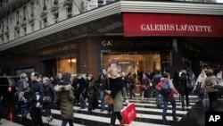 Pengunjung melintasi salah satu pusat perbelanjaan di Paris yang berhias dekorasi natal, Kamis (20/12). Di seluruh Eropa, belanja di musim liburan tahun ini diperkirakan akan lesu akibat melemahnya perekonomian dan meningkatnya pengangguran di kawasan tersebut.