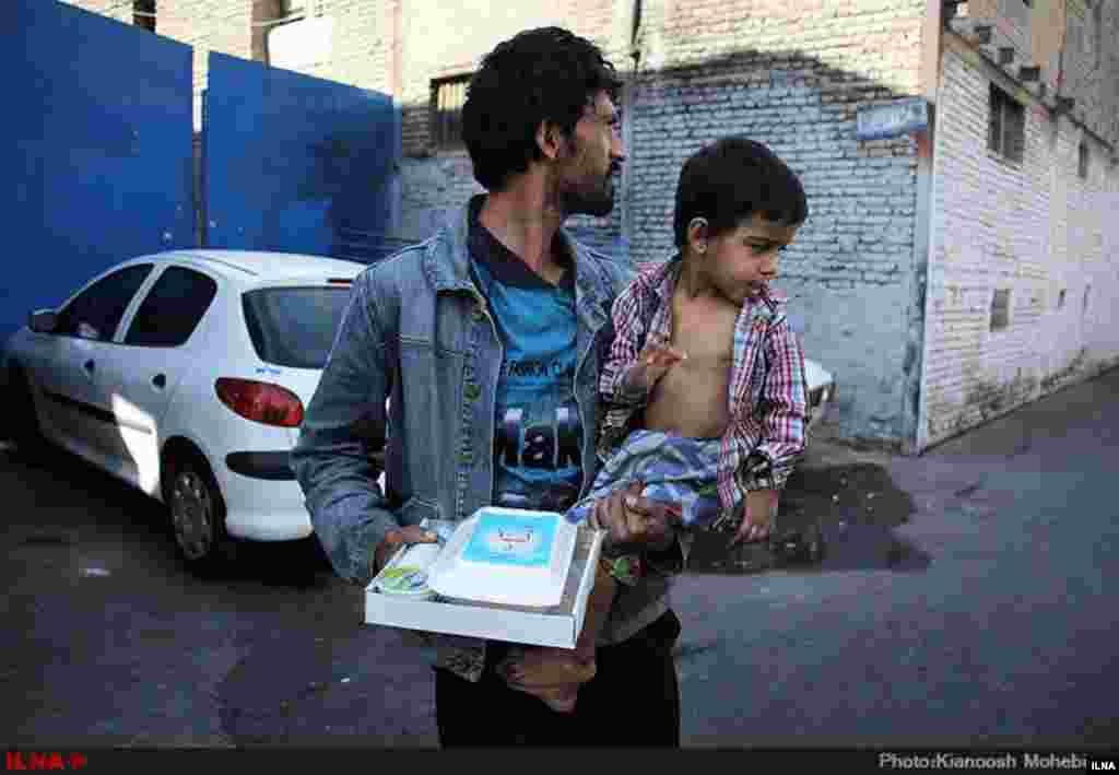 در ماه محرم، برخی از خانواده های ایرانی اقدام به پخش غذای نذری می کنند. در این بین برخی هیات ها و خانواده ها، غذا های اضافی خود را جهت توزیع میان افراد بی سرپناه و بی خانمان اهدا می کنند. عکاس: کیانوش محبیان، ایلنا