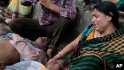 27일 방글라데시 다카 남서부에서 압사사고가 발생한 가운데, 희생자들의 유가족이 오열하고 있다.