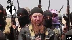 가운데 얼굴 가리지 않은 인물이 우마르 알 시샤니. (자료사진)