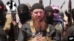 """Chechen Omar Shishaniy (markazda) """"Islomiy davlat"""" jangarilari bilan, 28-iyun, 2014-yil."""