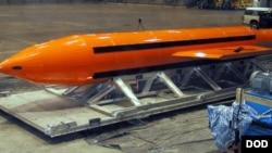 """Əfqanıstanda İslam Dövləti qrupunun hədəflərinə qarşı istifadə edilmiş GBU-43 tipli """"Bütün Bombaların Anası"""" adlanan qeyri-nüvə bombası"""