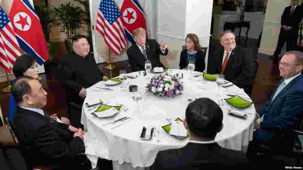 美國總統特朗普與國務卿蓬佩奧等代表團成員與北韓領導人金正恩晚宴。
