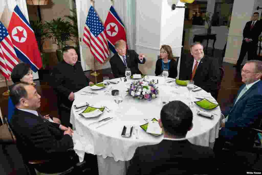 លោកប្រធានាធិបតីDonald Trump និងគណៈប្រតិភូអាមេរិក សំណេះសំណាលគ្នានៅក្នុងពិធីលាងសាយភោគពេលល្ងាច ជាមួយនឹងមេដឹកនាំកូរ៉េខាងជើងKim Jong Un នាកិច្ចប្រជុំកំពូលលើកទី២រវាងប្រទេសទាំងពីរ នៅរដ្ឋធានីហាណូយ ប្រទេសវៀតណាម ថ្ងៃទី២៧ ខែកុម្ភៈ ឆ្នាំ២០១៩។