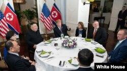 Večera Trampa i Kima sa saradnicima