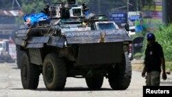 지난 14일 필리핀 정부군이 반군 소탕작전을 벌이고 있는 남부 마라위 시에서 장갑차가 지나고 있다.