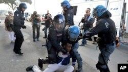 Cảnh sát Ý kéo một di dân cắm trại nhiều ngày ở Ventimiglia, một vùng gần biên giới Pháp, đi nơi khác