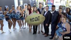 """Los miembros del Comité Anfitrión del Super Bowl en Miami posan para la prensa junto al equipo de """"Cheerleaders"""" de la Universidad Keiser Foto: Antoni Belchi / VOA."""