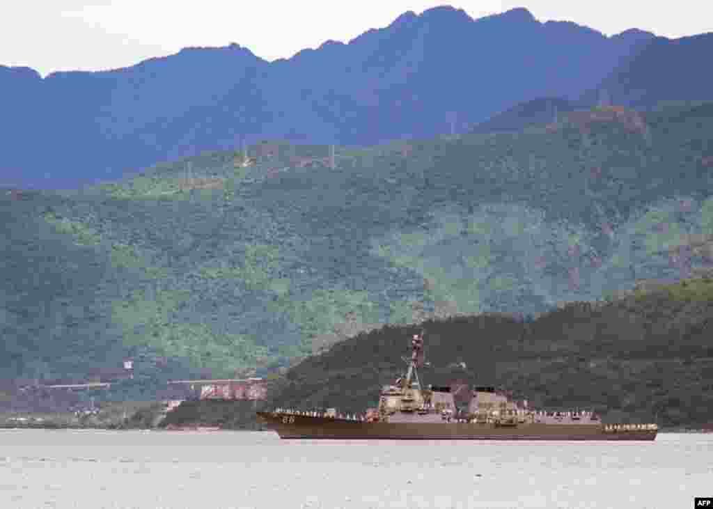 Tàu khu trục USS Preble (DDG 88) trang bị phi đạn hướng dẫn tiến vào cảng Đà Nẵng để tham gia Hoạt động Giao lưu Hải quân (NEA) với Việt Nam. (Bản quyền của Hải quân Hoa Kỳ, ảnh do Thiếu tá hải quân Mike Morley chụp)