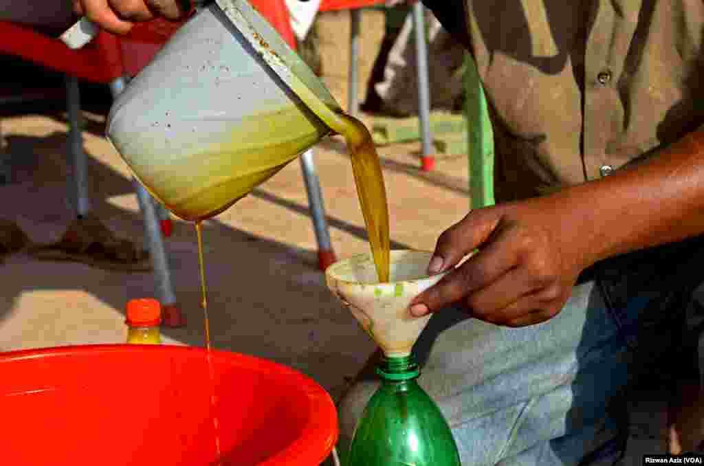 طاہر تنویر کا کہنا ہے کہ اس تیل کی خوشبو، غذائیت اور طلب بہت زیادہ ہے۔