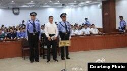 Bo Xilai saat menghadiri sidang di pengadilan Jinan, China (Foto: Microblog Pengadilan Jinan, China)