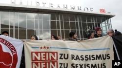 """2016年1月6日人们在德国科隆打着横幅""""无种族主义,无性别歧视""""抗议。"""