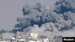 29일 이스라엘 군의 공습이 있은 후 가자지구 동부에서 연기가 솟구치고 있다.