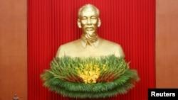 Tượng Hồ Chí Minh tại Hà Nội.