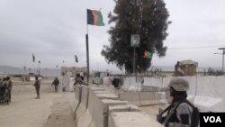 افغانستان له پاکستان سره اوږد سرحد لري چې په ډیرو برخو کې د غرنیو سیمو څخه تیر شوی دی.