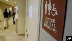 Znak za polno neutralni toalet na Univerzitetu Vermonta