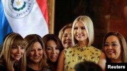 La asesora de la Casa Blanca Ivanka Trump posa con mujeres empresarias durante un evento en el Palacio López en Asunción, Paraguay, el viernes.