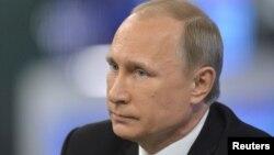 Tổng thống Nga Vladimir Putin một lần nữa bác bỏ việc có bất cứ binh sĩ Nga nào tham gia giao chiến ở Ukraine