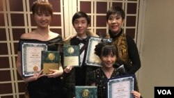 Sienny Debora (kanan belakang) bersama ketiga murid pianonya (foto: VOA/Naratama).