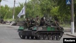 Tropas prorrusas sobre un vehículo blindado en las inmediaciones de Slaviansk.