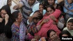 Các thành viên gia đình khóc thương trong đám tang người thân thiệt mạng trong vụ nổ bom tự sát ở Lahore, ngày 28/3/2015.