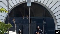 Pasukan keamanan menjaga pintu masuk Istana Kehakiman Rabu, 8 September 2021 di Paris.