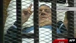 Экс-президент Египта Хосни Мубарак в зале суда