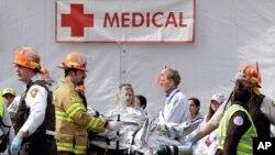 Nhân viên y tế cứu cấp người bị thương sau 2 vụ nổ gần mức đến của cuộc đua Marathon ở Boston, 15/4/13