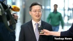 한국의 북핵 6자회담 수석대표인 황준국 외교부 한반도평화교섭본부장이 4일 미국과 중국을 방문하기에 앞서 인천공항에서 인터뷰를 하고 있다.