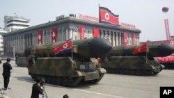 រូបឯកសារ៖ ក្បួនដង្ហែគ្រាប់មីស៊ីលនៅទីលាន Kim Il Sung អំឡុងពេលអបអរសាទរខួបកំណើតលើកទី ១០៥ របស់លោក Kim Il Sung កាលពីថ្ងៃទី១៥ ខែមេសា ឆ្នាំ២០១៧។