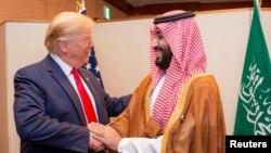 Predsednik SAD Donald Tramp rukuje se sa saudijskim prestolonasljednikom Mohamedom bin Salmanom na marginama samita G20 u Osaki, 29. jun 2019.