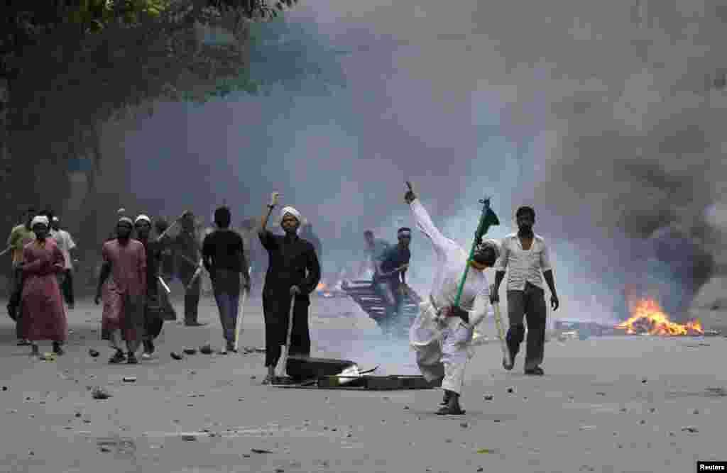 بنگلہ دیش کے دارالحکومت ڈھاکہ میں مظاہرین اور پولیس کے درمیان جھڑپیں