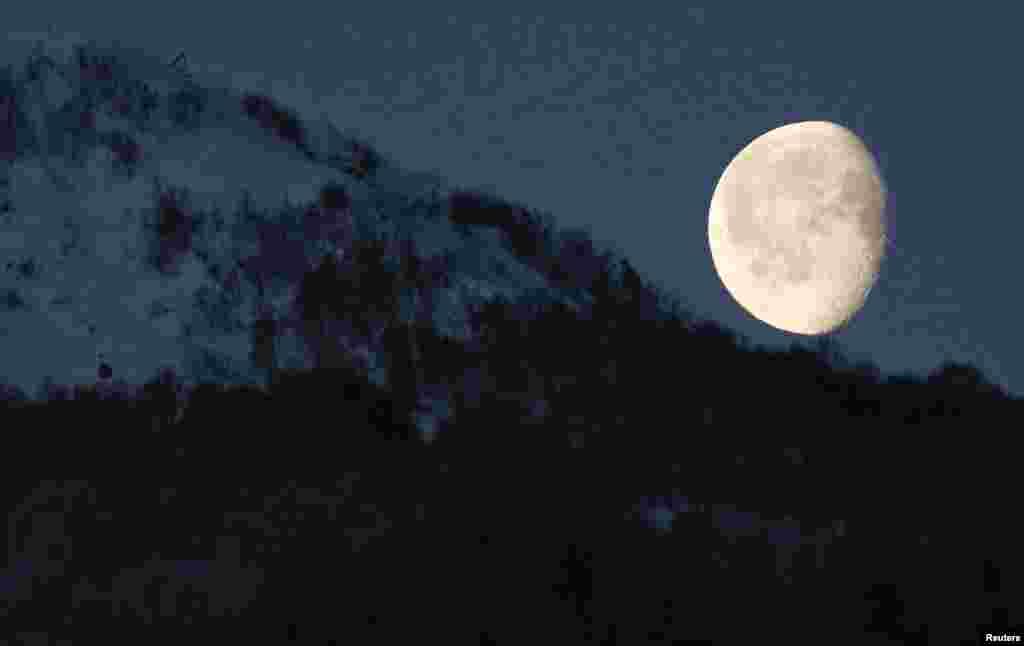 Mặt trăng trên dãy núi ở Rosa Khutor tại Thế vận hội mùa đông Sochi 2014, Nga.