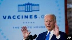 លោកប្រធានាធិបតី Joe Biden ថ្លែងអំពីវ៉ាក់សាំងការពារជំងឺកូវីដ១៩បន្ទាប់ពីធ្វើទស្សនកិច្ចនៅទីតាំងសាងសង់មជ្ឈមណ្ឌលទិន្នន័យ Microsoft Claycoនៅភូមិ Elk Grove ក្នុងរដ្ឋ Illinois នៅថ្ងៃទី៧ ខែតុលា ឆ្នាំ២០២១។ (AP)