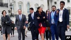 亚历山德里亚·奥卡西奥-科蒂斯(中)等新当选的国会众议员在华盛顿国会山合影。(2018年11月14日)