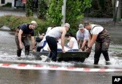 Un paciente es evacuado en bote del Centro Médico St. Vincent debido a la inundación causada por el huracán Irma, que cubrió el primer piso del hospital en Jacksonville, Florida. Sept. 11, 2017.