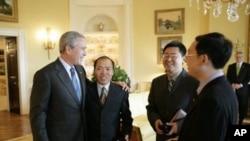 美国前总统布什2006年在白宫会见人权宗教人士余杰,王怡和李柏光