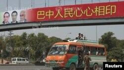 一名巴基斯坦士兵在中國總理李克強抵布前向一部輕型小巴進行安全檢查。