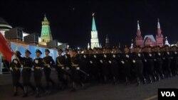5月4日莫斯科紅場彩排中的中國軍隊(美國之音白樺拍攝)
