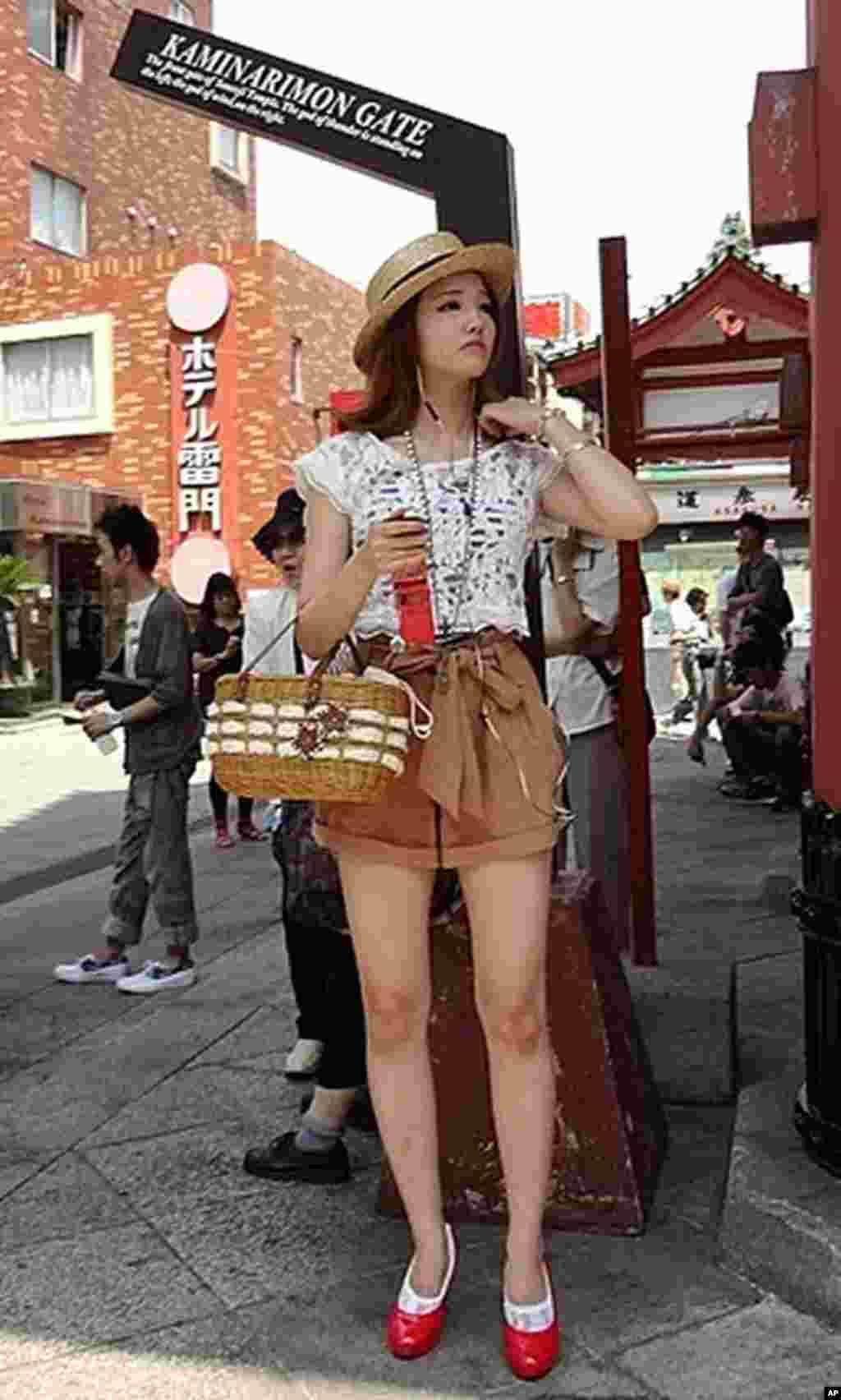 A woman waiting for a friend next to Kaminari-mon.