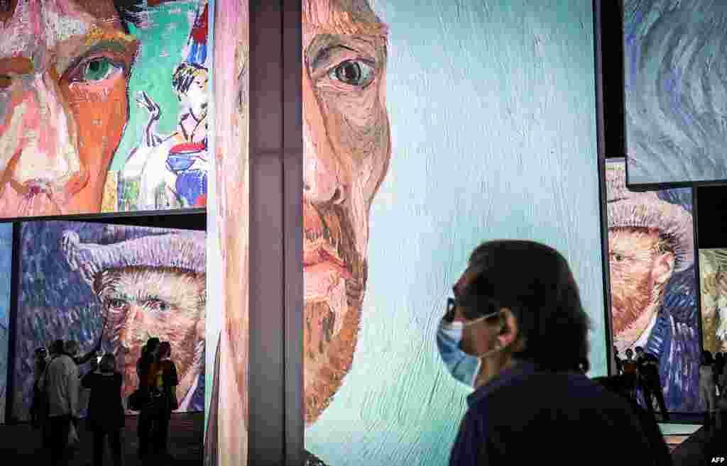 ពួកអ្នកយកព័ត៌មានពាក់ម៉ាស់ និងកំពុងមើលទៅកាន់ការតាំងពិព័រណ៍មួយដែលមានចំណងជើងថា «Van Gogh Alive» ក្នុងពេលដែលមានការតាំងបង្ហាញសម្រាប់សារព័ត៌មាន នៅអាគារRoyal Hall of Industries ក្នុងទីក្រុងស៊ីដនី ប្រទេសអូស្ត្រាលី។