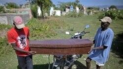 دو مرد تابوت یک قربانی بیماری وبا را حمل می کنند