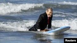 Competencia de disfraces en Santa Mónica en Los Ángeles. Un hombre disfrazado de G. W. Bush sobre las aguas.